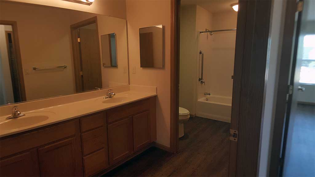 Waupaca Townhomes full bathroom